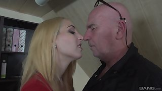 Blonde girl Liz Rainbow can fit a intact load of shit in her mouth